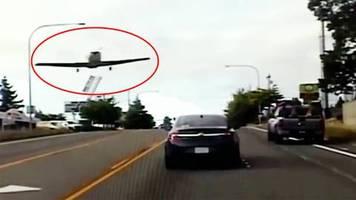 motorausfall: flugzeug muss auf viel befahrener straße notlanden