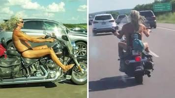 fkk auf amerikanisch: trag wenigstens einen helm! biker fährt halbnackt mit grauer mähne über den highway