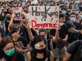 Demokratiebewegung: Hongkongs Flughafen streicht alle Abflüge wegen Protesten