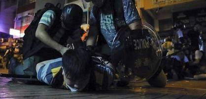 Polizisten schlagen in Hongkong auf Protestierende ein