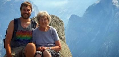 Enkel zeigt seiner 89-jährigen Oma das Meer und die Berge