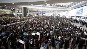 Wegen Protesten: Flughafen Hongkong stellt Betrieb ein