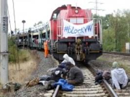 protest: aktivisten blockieren bahngleis am vw-werk