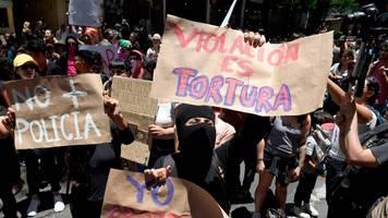 News von heute: Polizisten sollen zwei Mädchen vergewaltigt haben – Protestmarsch mit Schweinekopf in Mexiko