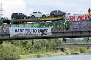 Umwelt: Aktivisten stoppen Autozug in Wolfsburg