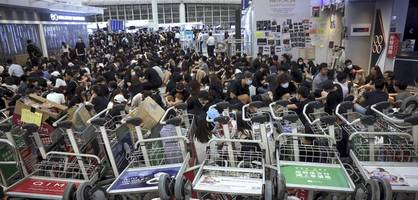 Demonstranten legen erneut Flughafen lahm – Polizei beginnt mit Räumung