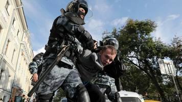"""Russland: Kreml bricht langes Schweigen zu Massenprotesten: """"Keine politische Krise"""""""