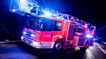 blitz schlägt in mehrfamilienhaus ein: dachstuhl brennt