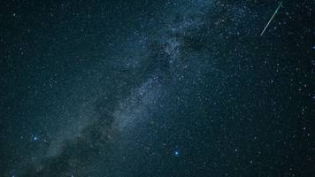 sternenstaub am nachthimmel: perseiden blitzen auf