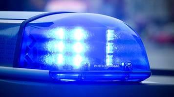 zwei männer vor bahnhof von unbekannten attackiert