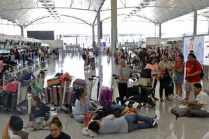 Demonstranten lähmen Internationalen Flughafen in Hongkong