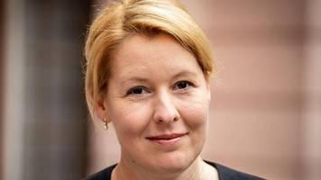 news von heute: wirbel um ihre doktorarbeit: familienministerin giffey stellt rücktritt in aussicht