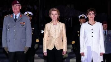 Ex-Verteidigungsministerin: Von der Leyen mit Großem Zapfenstreich verabschiedet