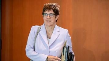 kramp-karrenbauer: verbleib der regierung in bonn und berlin