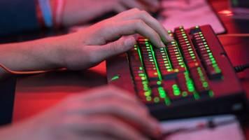 hilferufe beim computerspiel: nachbarin ruft die polizei