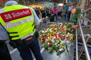 Stoß-Angriff: Nach ICE-Unglück: Getöteter Junge in Heimatort beigesetzt