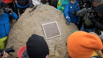 gedenktafel erinnert an islands ersten durch klimawandel verschwundenen gletscher