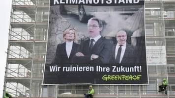 greenpeace-aktion zum klimaschutz am tag der offenen tür der regierung
