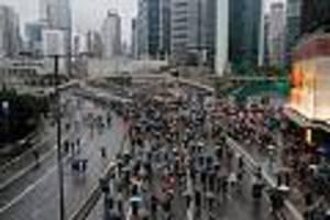 zehntausende auf den barrikaden - trotz verbot der polizei: neue massenproteste gegen regierung in hongkong