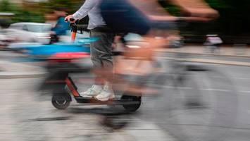 berlin: betrunkener fahrer stürzt mit e-scooter und verletzt sich schwer