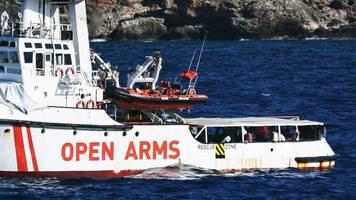reaktion auf notlage an bord: spanien bietet open arms balearen als sicheren hafen an