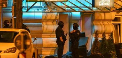 stühle fliegen, schüsse fallen – 25 festnahmen in magdeburg