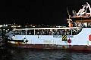 """rettungsschiff hat hafen erreicht - migranten gehen in lampedusa von bord der """"open arms"""""""