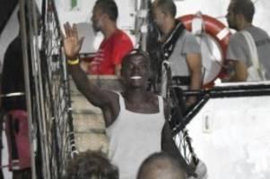 Drama um Rettungsschiff: Open Arms: Migranten gehen in Italien von Bord