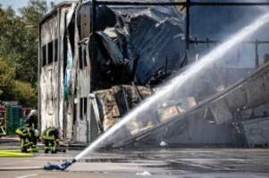 Feuer: Großbrand in Indoor-Spielplatz – Halle teilweise eingestürzt
