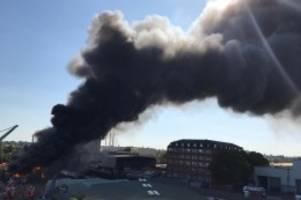 Feuerwehr: Feuer in Neukölln: Rauchwolke über ganz Berlin zu sehen