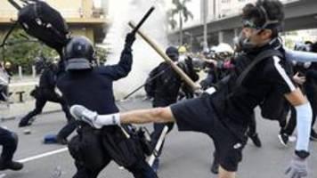 Wieder Straßenschlachten, Tränengas und Gewalt in Hongkong