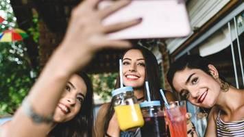 Gefahren von Cola und Co.: Warum du weniger Softdrinks trinken solltest – und wie dir das gelingen kann