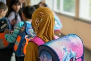 islam: warum nrw ein kopftuchverbot in kitas und grundschulen prüft