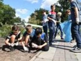 Schüler und Schülerinnen befreien die Stadt vom Müll