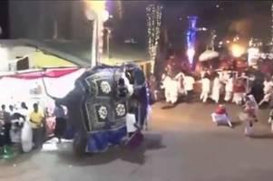 17 verletzte: elefanten brechen bei festumzug aus