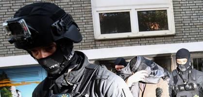 Einsatzkräfte durchsuchen 16 Objekte in Norddeutschland