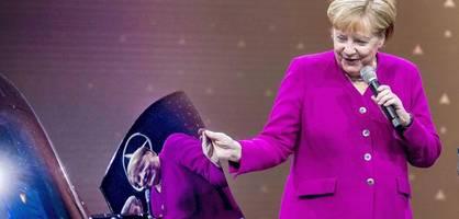 Plötzlich gibt sich Angela Merkel wieder als Autokanzlerin