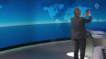 Tagesschau: Sprecher Jan Hofer macht Selfie im Studio