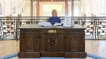 Ex-Außenministern in Venedig : Hillary Clinton liest ihre kontroversen E-Mails vor - am Präsidentenschreibtisch