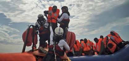 """Migranten der """"Ocean Viking"""" dürfen in Italien von Bord gehen"""