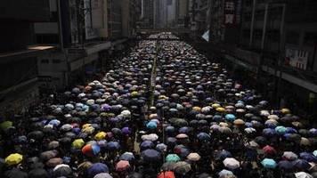 trotz verbots: 15. protest-wochenende: tausende demonstrieren in hongkong