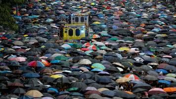 Hongkong: Regierungskritiker brechen Demonstrationsverbot – Polizei setzt Tränengas ein