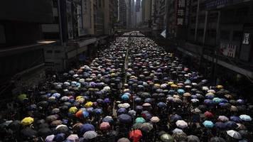 polizei setzt tränengas ein - trotz verbots: proteste und neue zwischenfälle in hongkong