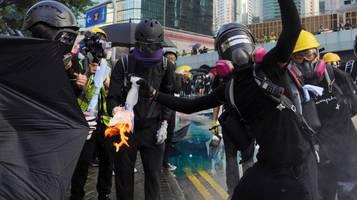 neue proteste: in hongkong fliegen brandsätze auf regierungssitz