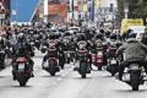 Polizei vor Ort - Hunderte Rocker bei Motorrad-Demo am Brandenburger Tor