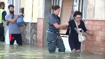 video: unwetter in spanien halten rettungskräfte in atem