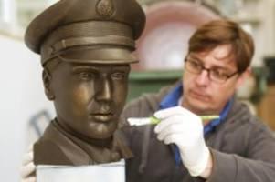elvis in bronze: wie aus einem foto ein denkmal werden soll