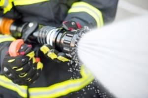 gefahrstoffe: feuerwehr löscht brand in reinbeker lagerhalle