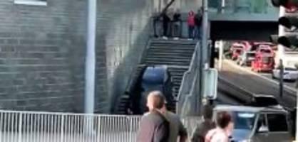 Stadt Zürich: Auto fährt bei Sihlcity Treppe hinunter