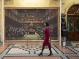 Kurz vor Brexit-Termin: Banksys Affenparlament wird versteigert